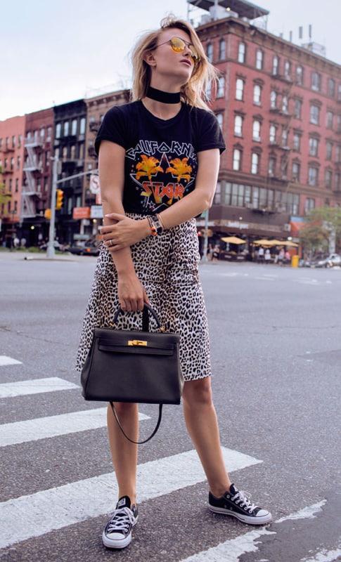 Camiseta de banda e saia animal print deixa o look estilosíssimo