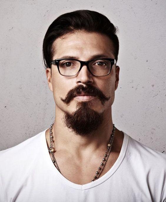 Cavanhaque bem cheio e o bigode pontiagudo
