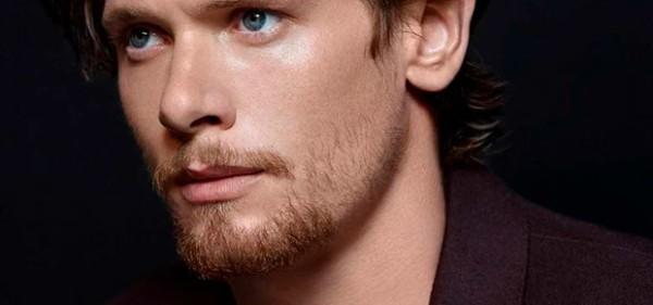 Homem ruivo com barbicha e bigode