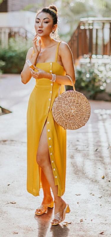Ideia de look com vestido amarelo com fenda e botões