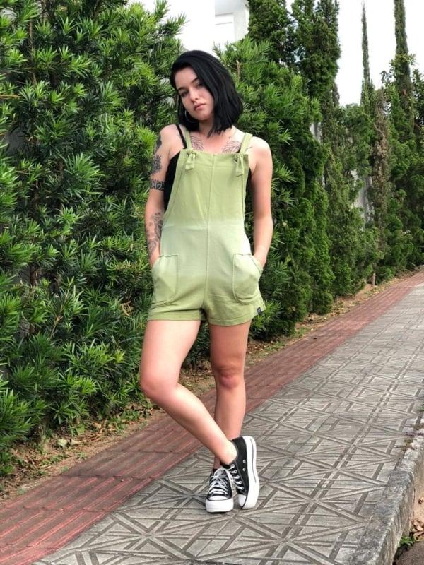 Ideia de look criativo com jardineira verde e all star