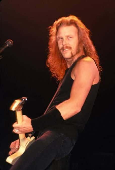 James Hetfield vocalista do Metallica de bigode e cavanhaque