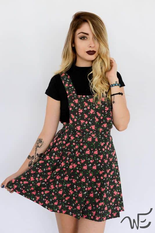 Jardineira saia florida com camiseta preta