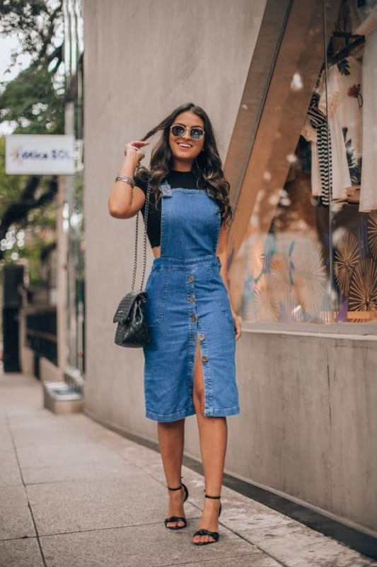 jardineira feminina saia jeans com salto alto preto