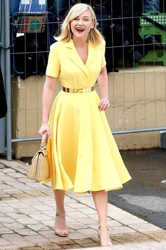 Kirsten Dunst com vestido rodado simples e lindo