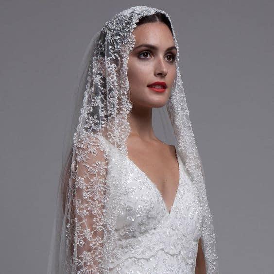O bordado delicado no acessório da noiva