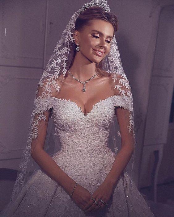 Vestido de noiva ombro a ombro com mantilha delicada
