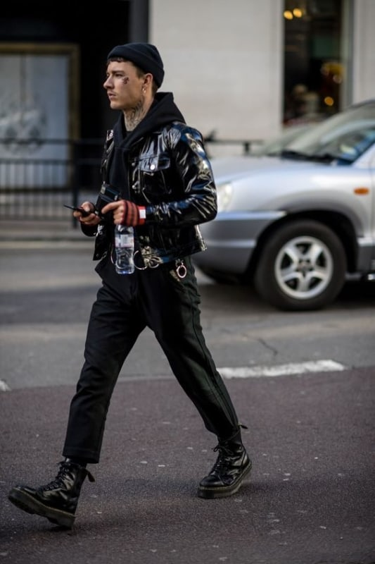 Look com jaqueta de couro masculina
