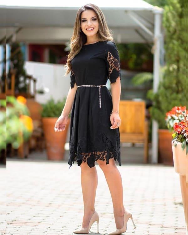 Look com vestido curto rendado preto