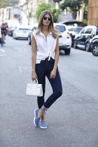 Look completo com tênis slip on jeans