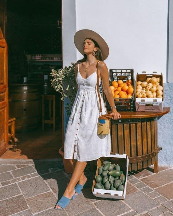 Look de verão com chapéu e vestido simples com botões