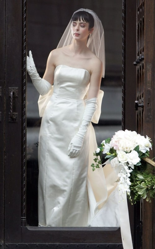 Luvas de cetim longas são clássicas
