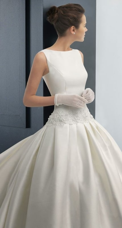Vestido discreto e clássico com luvas de noiva