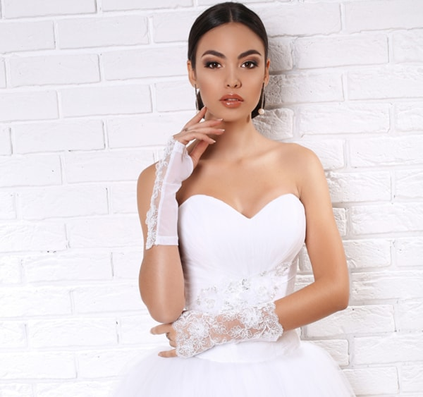 Luvas de noiva rendadas no meio do antebraço
