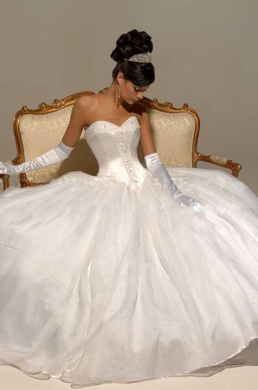 Noiva incrivelmente linda com tomara que caia estruturado e luvas brancas