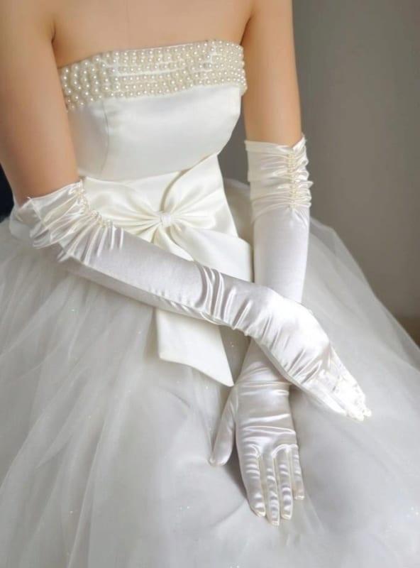 Vestido com pérolas e luvas longas brancas