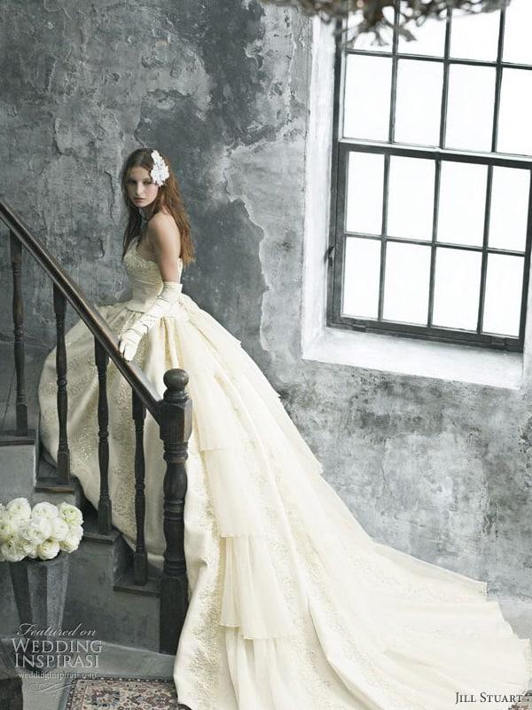 Modelo de vestido off-white com luvas compridas elegantes