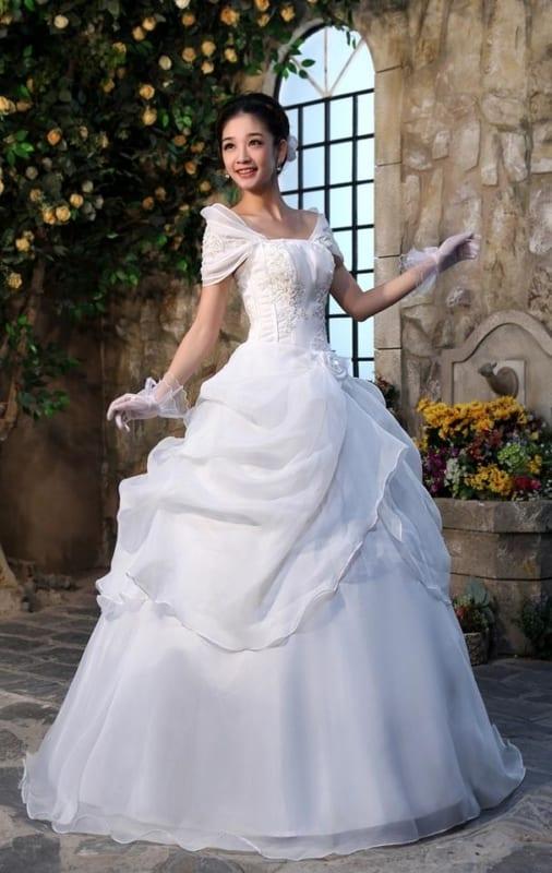 Vestido estilo princesa com luvas de tule