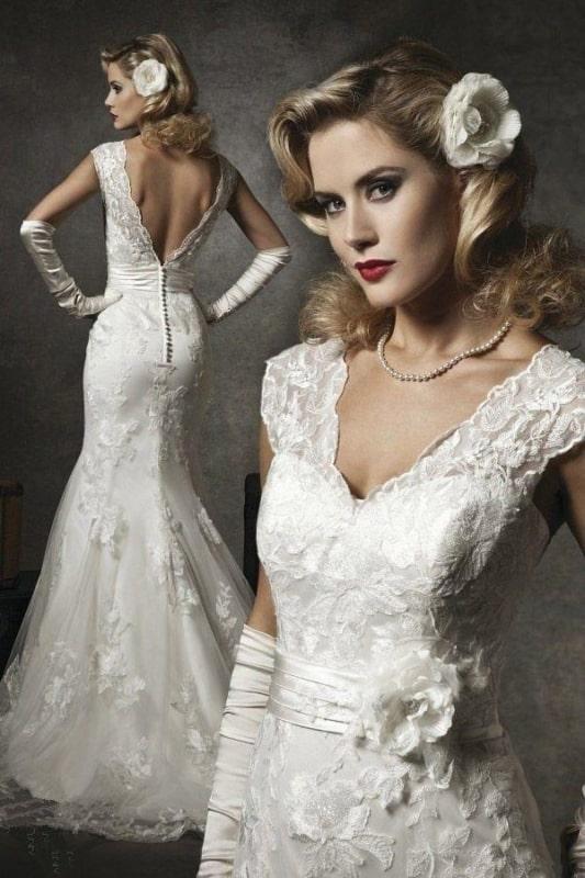 Vestido de noiva sereia com flor no cabelo e luvas