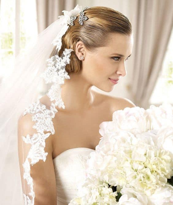 Penteado finalizado com grinalda atrás da cabeça da noiva