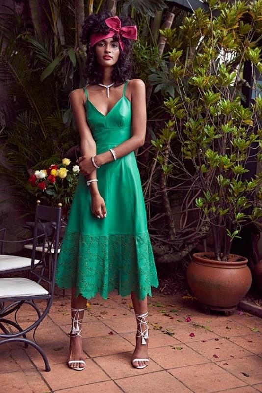 Modelagem de vestido simples com renda na cor verde