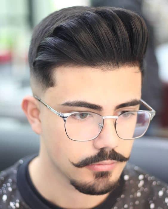 Combinação de bigode pontudinho com barbicha bem cortada