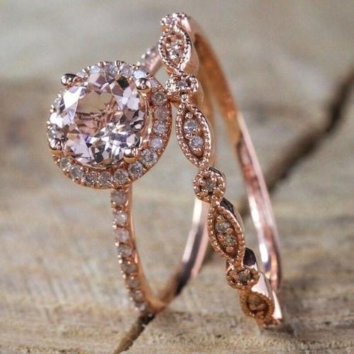 Modelo de anel solitário com ouro rosé