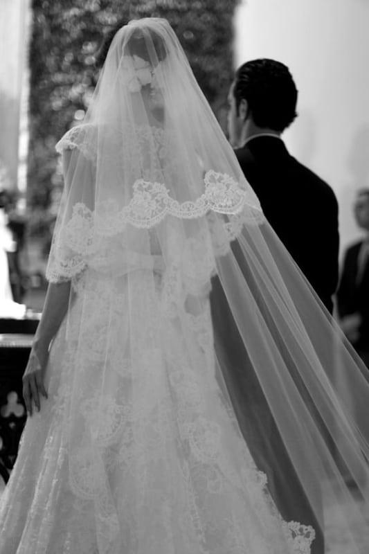 Noiva de mantilha na cerimônia de casamento
