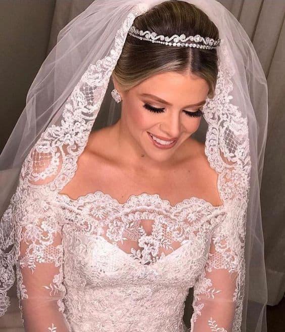Vestido de noiva ombro a ombro com linda mantilha bordada