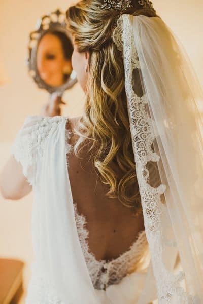 detalhe fixado no topo do penteado da noiva