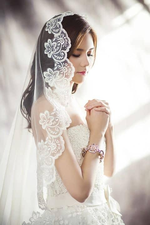 Noiva usando mantilha para o casamento