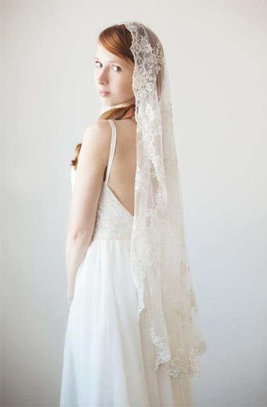 Noiva básica com o véu amantilhado todo bordado