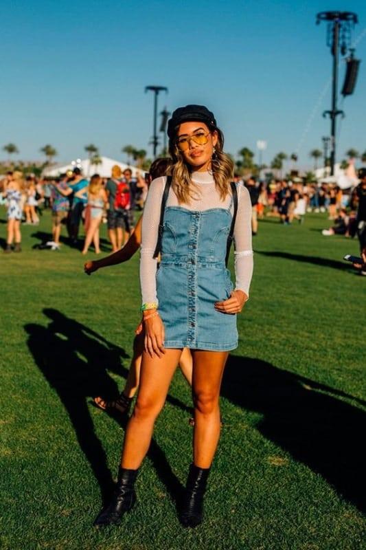 O vestido jeans com botões pode ser usado por cima de uma segunda pele
