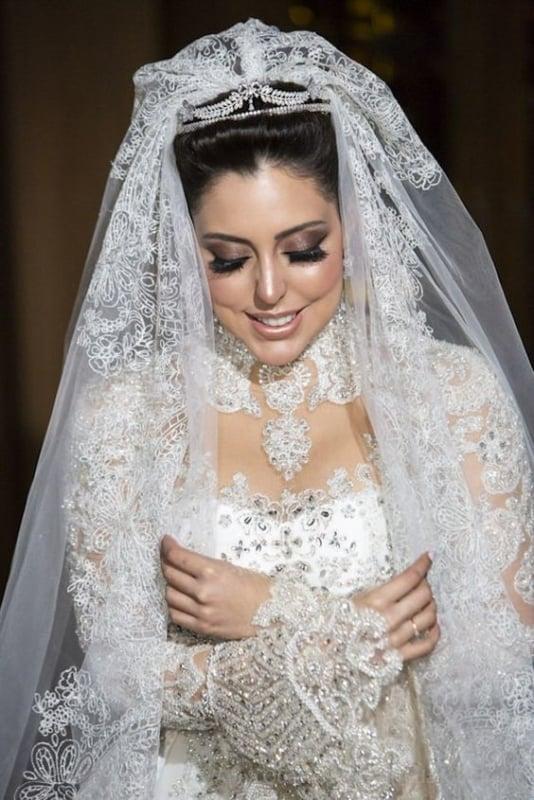 Noiva deslumbrante com tiara e mantilha