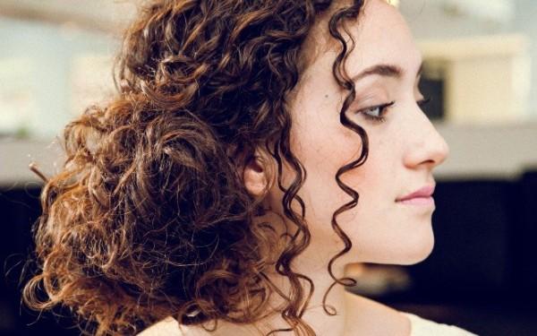 Penteados para madrinhas em cabelos cacheados 31