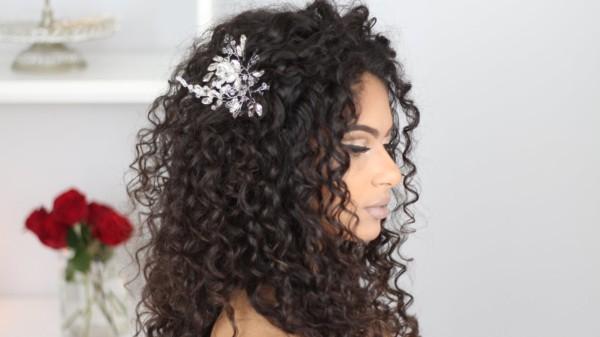 Penteados para madrinhas em cabelos cacheados 32