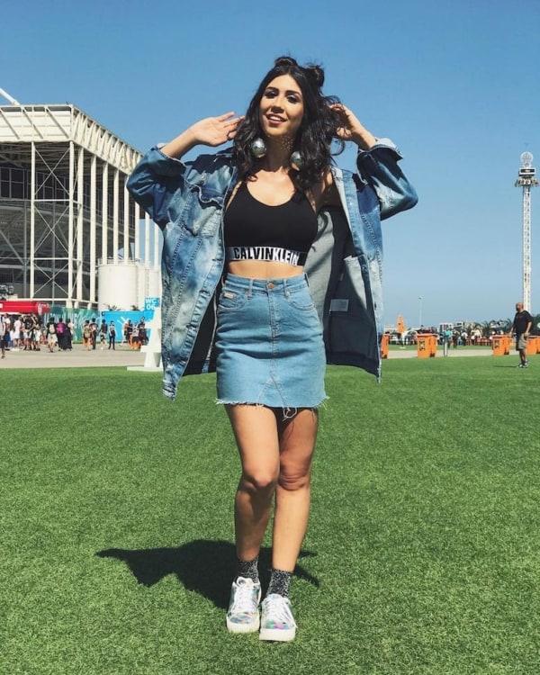 Saia jeans cintura alta usada com top