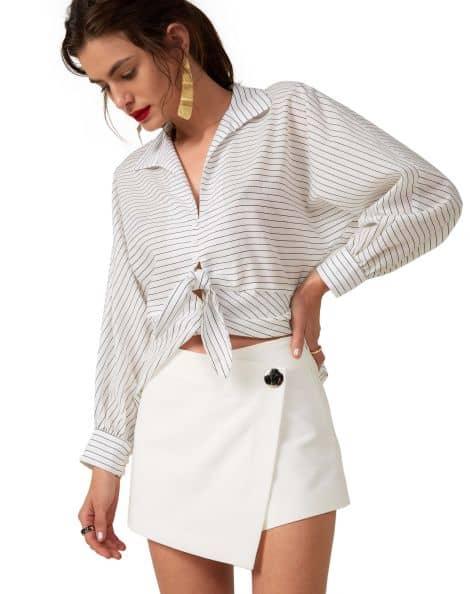 Short saia envelope branco com camisa de listras