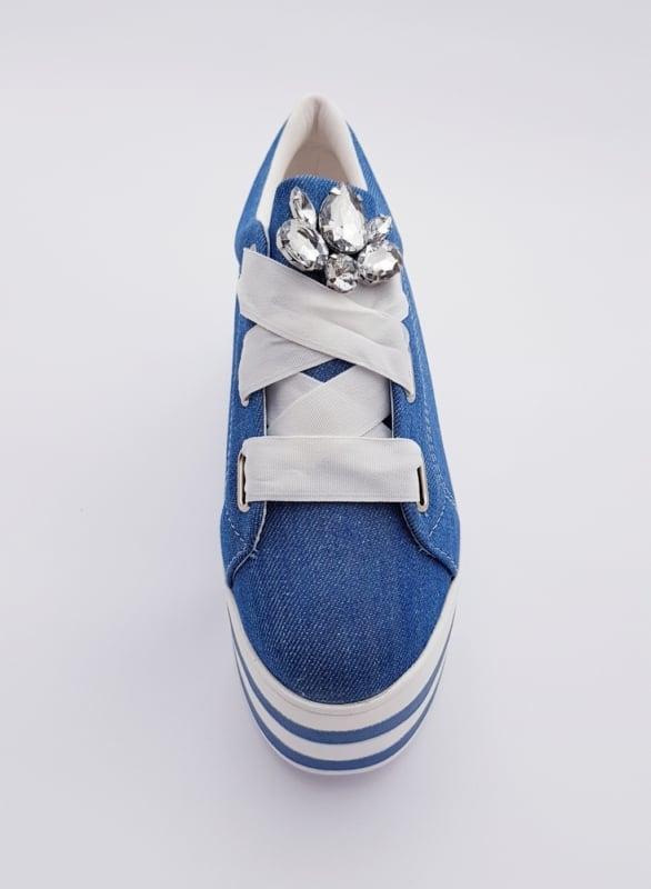 Tênis jeans feminino com laço no cadarço