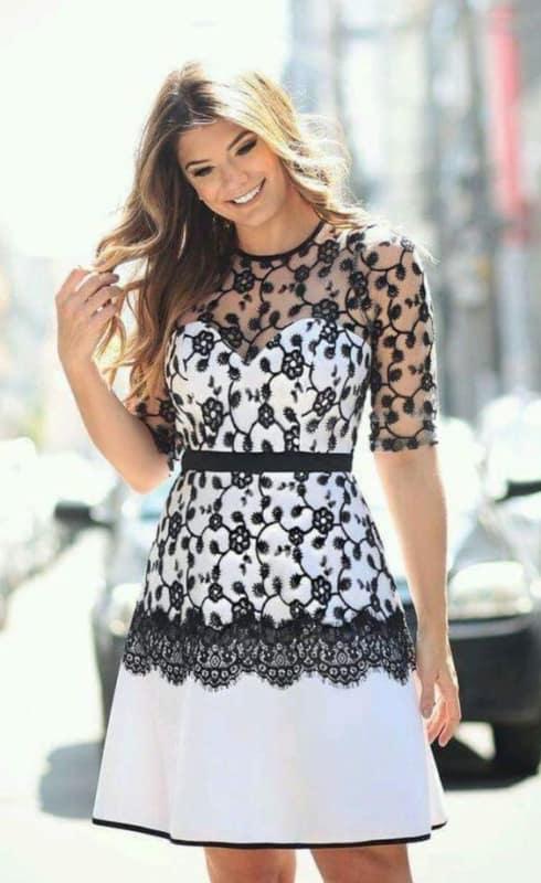 Vestido branco com renda preta lindo