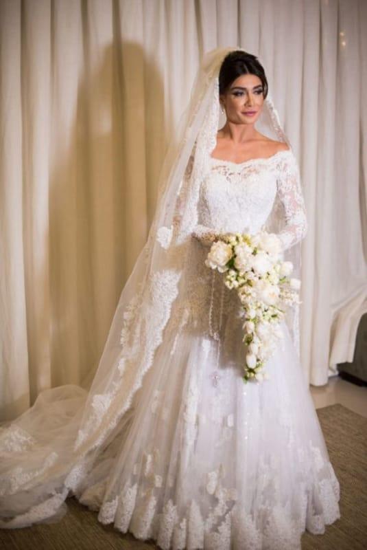 Noiva com vestido rendado com mantilha