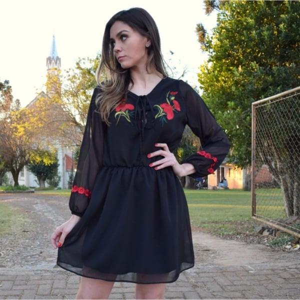 Vestido de seda pretos com bordados coloridos