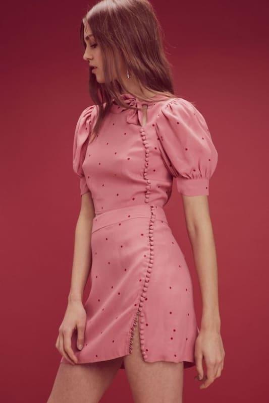 Vestido rosa com bolinhas e mangas bufantes