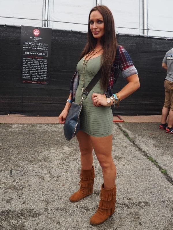 Vestido tubinho com botas com franjas