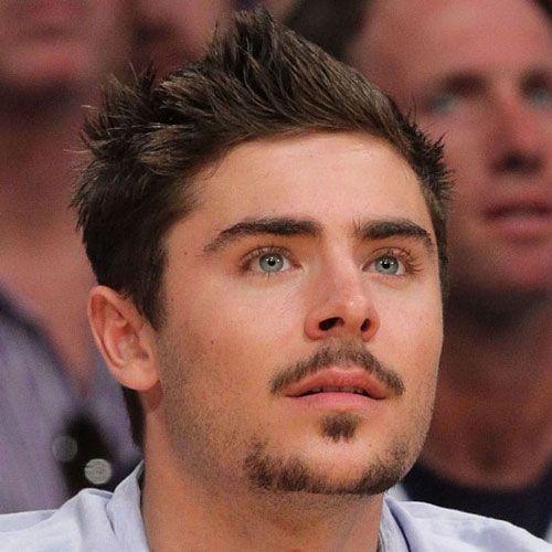 Zac Efron de bigode e cavanhaque