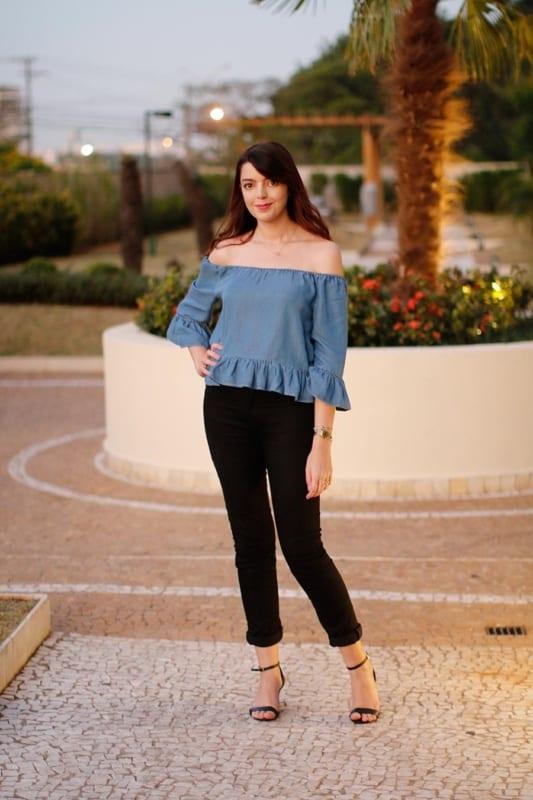 blusa ciganinha jeans com calça preta