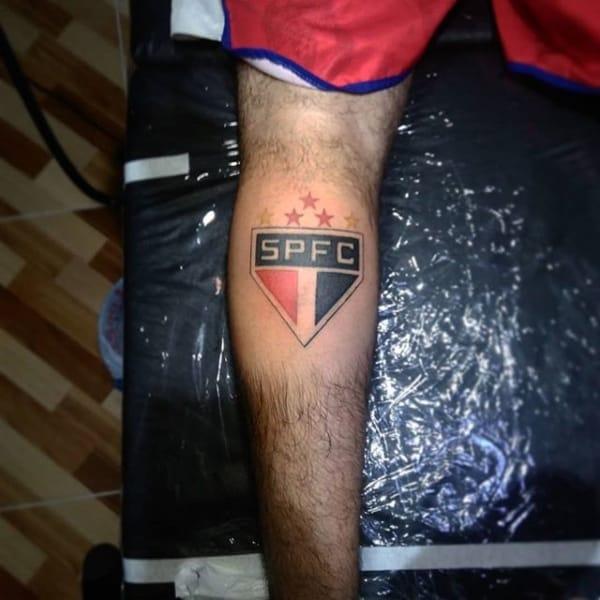 tatuagem São Paulo na perna escudo
