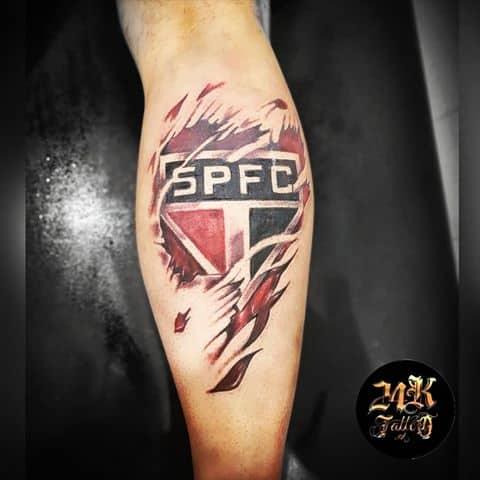 tatuagem São Paulo na perna realista