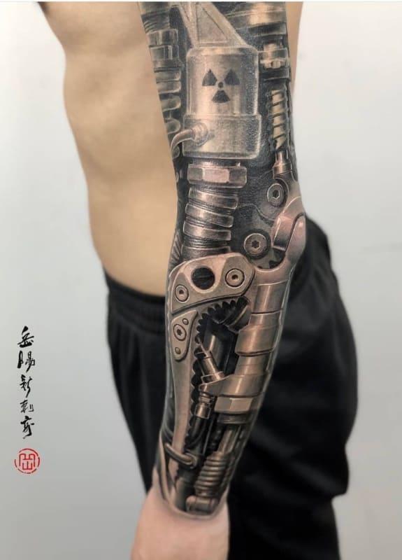 tatuagem cyborg no braço