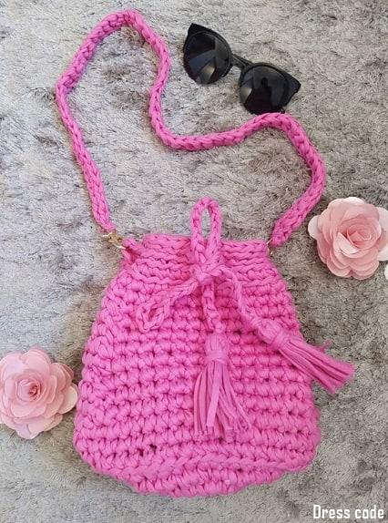 bolsa saco rosa em fio de malha